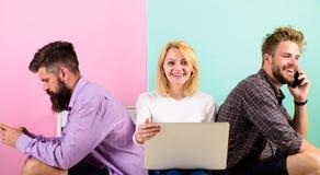 Firmenfreunde mit mobilem Gerätlaptop Moderne Gesellschaft kann sich das Leben nicht ohne Internet vorstellen Moderne Technologie Stockbild