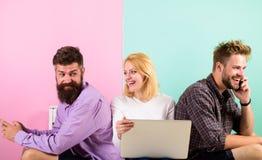 Firmenglückliche Freunde mit mobilem Gerätlaptop Moderne Gesellschaft kann sich das Leben nicht ohne Internet vorstellen Männer u Lizenzfreies Stockbild