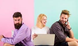 Firmenglückliche Freunde mit mobilem Gerätlaptop Moderne Gesellschaft kann sich das Leben nicht ohne Internet vorstellen modern Stockbild