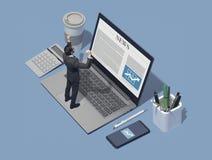 Firmenkundengeschäftexekutive, die online Börsennachrichten überprüft stockbilder
