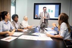 Firmenkundengeschäftteam und -manager in einer Sitzung stockfotografie