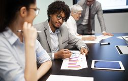Firmenkundengeschäftteam und -manager in einer Sitzung lizenzfreie stockfotos