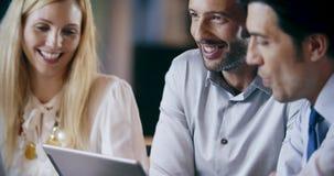 Firmenkundengeschäftteamarbeits-Bürositzung Drei kaukasische Geschäftsmann- und Geschäftsfrauleute gruppieren Unterhaltungsstrate stock footage
