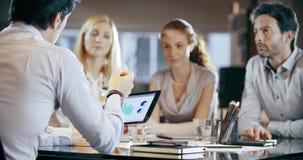 Firmenkundengeschäftteamarbeits-Bürositzung Vier kaukasische Geschäftsmann- und Geschäftsfrauleute gruppieren Unterhaltungsstrate stock video footage
