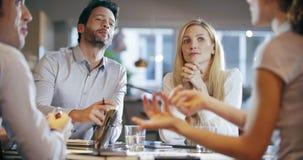 Firmenkundengeschäftteamarbeitssitzung im Büro Vier kaukasische Geschäftsmann- und Geschäftsfrauleutegruppenunterhaltung