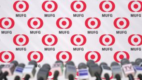 Firmenpressekonferenz Mitsubishis UFJ Financial Group, Pressewand mit Logo und mics, redaktionelle begrifflichanimation stock footage