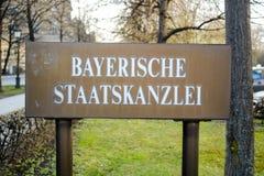 Firmi all'entrata alla costruzione che alloggia l'ufficio bavarese del ` s di Ministro-presidente Fotografia Stock