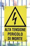 Firmi con ALTA TENSIONE potenzialmente mortale in un sito industriale Immagine Stock