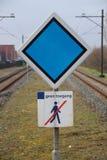 firmi con consiglio di arresto per il treno e nessun violare firma dentro la m. Immagine Stock Libera da Diritti