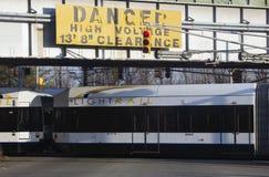 Firmi dire il transito leggero di alta tensione del pericolo e della ferrovia di NJ, Jersey City, New Jersey, U.S.A. Immagini Stock Libere da Diritti