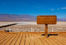 Firmi il cattivi bacino e sale dell'acqua dietro, Death Valley Fotografia Stock