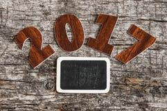 Firmi il simbolo dal numero 2017 su vecchio retro stile d'annata b di legno Fotografia Stock