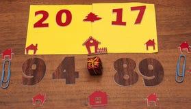 Firmi il simbolo dal numero 2017 su vecchio retro stile d'annata b di legno Immagine Stock