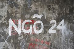Firmi il vicolo nessun 24 su vecchio wSign il vicolo nessun 24 sulla vecchia parete in Hanoiall a Hanoi Immagini Stock