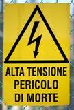 Firmi in italiano che significa il pericolo ad alta tensione della morte Fotografia Stock Libera da Diritti