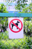 Firmi proibire il cane che cammina, nessun cani cantano la posizione verticale Fotografia Stock Libera da Diritti