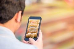 Firmi sul concetto della protezione di connessione di parola d'ordine di nome utente sullo schermo del telefono fotografia stock libera da diritti