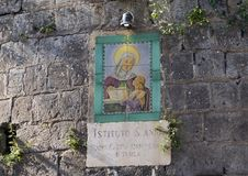 Firmi sulla parete del ` Anna Institute, scuola di lingue di Sant a Sorrento, Italia Immagini Stock