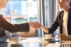 Firmowy uścisk dłoni partnery biznesowi zdjęcie stock