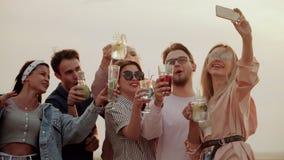 Firmy bardzo życzliwi stojaki na dachu, mieć zabawę, pijący koktajl i brać selfies, lato miastowy koktajl zdjęcie wideo