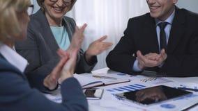 Firmy odgórny zarządzanie ono uśmiecha się i oklaskuje, pomyślnie uzupełniający projekt zdjęcie wideo
