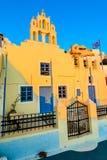Firostefani, Santorini, Grecia Penombra con la vecchia chiesa greca a Immagine Stock Libera da Diritti