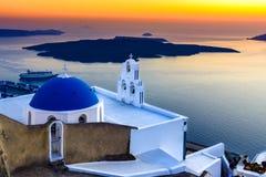 Firostefani, Santorini, Grecia Penombra con la vecchia chiesa greca a Immagini Stock Libere da Diritti