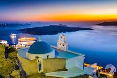 Firostefani, Santorini, Grecia Penombra con la vecchia chiesa greca a Fotografie Stock Libere da Diritti