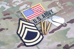 First Class för USA-ARMÉsergeant frodig lapp, flaggalapp, med hundetiketten och 5 56 mmrundor på likformign Royaltyfria Foton