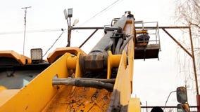 First-person看法黄色起重机推力电工做他的修理电线的工作 股票视频