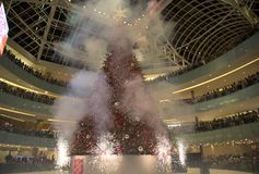 Firworks sulla grande galleria di abilità di celebrazione di illuminazione dell'albero immagini stock
