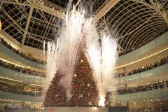 Firworks sur le puits grand d'exploit de célébration d'éclairage d'arbre photographie stock libre de droits