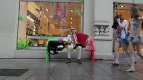 Fisarmonica del gioco dell'uomo anziano stock footage