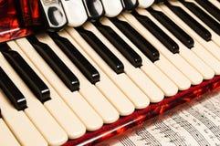 Fisarmonica rossa, fine su Immagini Stock