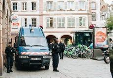 Fiscalização dos agentes da polícia de Vigipirates do centro da cidade França foto de stock