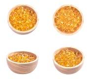 Fischölkapsel, Omega 3-6-9 weiche Gelkapseln des Fischöl-Gelbs, Sacha-inchi Öl, gelbe Ölpillen in der hölzernen Schale auf weißem Stockfotografie