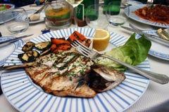 Fisch-Abendessen mit Gemüse am italienischen Restaurant stockfoto