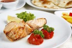 Fisch ist gebratenes Dekorationtomate-Zitronegrün Lizenzfreie Stockfotos