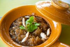 Fisch-Schlund-Suppe in der braunen Schüssel Lizenzfreie Stockfotografie