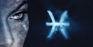 Fisch-Sternzeichen Hintergrund des Astrologiefrauen-nächtlichen Himmels Stockfoto