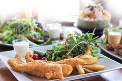 Fisch und Deep fried zerschlugen Fische auf einer Platte mit Chipcl Lizenzfreie Stockfotos