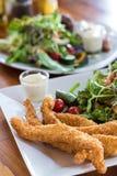 Fisch und Deep fried zerschlugen Fische auf einer Platte mit Chipcl Stockfotografie