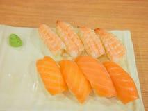 Fisch- und Garnelensushi Stockfoto