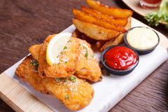 Fisch und mit Kartoffelkeil Stockfotos