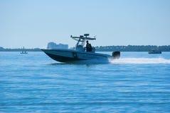Fisch- und Tieroffiziere auf Bootspatrouille Stockfotos