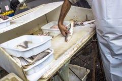 Fisch wird in einen Kiosk geschnitten lizenzfreies stockfoto