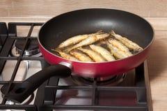 Fisch wird in einer Wanne gebraten Stockfoto
