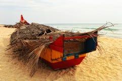 Fischboot auf einem Strand Lizenzfreie Stockfotos