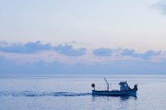 Fischboot im blauen Meer Lizenzfreies Stockfoto