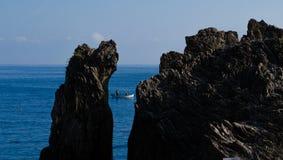 Fischboot und ein Felsen Lizenzfreie Stockfotografie
